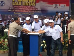 Kepala Kantor BRI wilayah Semarang, Kurnia Caerudin dan jajarannya, Gubernur Jateng, Ganjar Pranowo, dan  Kapolda Jawa Tengah, Irjend Pol Noer Ali, dalam Peluncuran SIM Online, Minggu (5/12) di Simpang Lima Semarang.