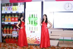 PASAR B2B- Model menunjukkan produk display elektronik LG yang membidik pasar B2B.
