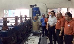 -SELLING DAY- CEO BNI Kanwil Semarang, Eben Eser Nainggolan, melihat proses produksi kaca di PT Matahari Silverindo Kawasan Industri Candi Semarang, disela-sela 'BNI Selling Day', Kamis (3/12) kemarin.