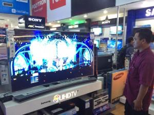 Seorang pengunjung Global Elektronik Pandanaran Semarang tengah melihat-lihat produk televisi dengan teknologi terkini dalam pameran HomeTech 2015.