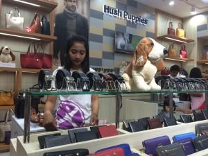 Karyawan gerai Hush Puppies di Mall Paragon Semarang tengah merapikan display produknya.