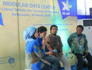 - XL DATA CENTER- (ki-ka) Area Sales Manager Small Medium Enterprise (SME) XL Kalimantan Timur, Sherlia Arlianty; Principle Designer XL Data Center, Siti Siswandari; Pelanggan Pertama Data Center Balikpapan, Rahadi Budiman; dan Sekjen Asosiasi Penyelenggara Jasa Internet Indonesia (APJII) Kalimantan Timur, Ganis. Foto : IST/ANING KARINDRA