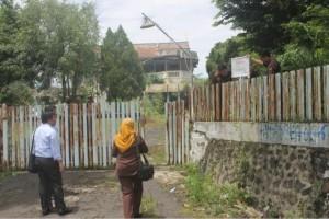 - SITA ASET- Petugas KPP Pratama Batang menyita aset penunggak pajak senilai Rp10 miliar, yang lokasinya berada di Semarang, Rabu (2/3) kemarin. Foto : ANING KARINDRA