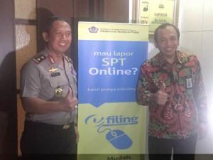 - e-FILING- Kepala Kanwil DJP Jateng I, Dasto Ledyanto, bersama Kapolda Jateng, Noer Ali, usai melakukan pengisian e-Filing di Kantor Polda Jateng, kemarin. Foto : ANING KARINDRA