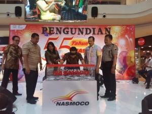 - UNDIAN NASMOCO- Perwakilan manajemen dari Nasmoco Group, beserta notaris, pihak kepolisian dan dinas sosial, menyaksikan proses pengundian hadiah program 'Fantastik 55 Tahun Nasmoco' yang memperebutkan puluhan hadiah mobil, Jumat (15/4), di Atrium Mall Paragon Semarang. Foto : ANING KARINDRA