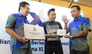 "- XL -  INFINET: Direktur Digtal Service XL, Ongki Kurniawan, bersama VP Digital Service Accelerator XL, Tanto Suryoto, dan salah satu pelaku UKM, dalam acara peluncuran ""INFINET"" layanan mobile broadband 4G LTE di Jakarta, Kamis (23/3). Foto : IST/ANING KARINDRA"