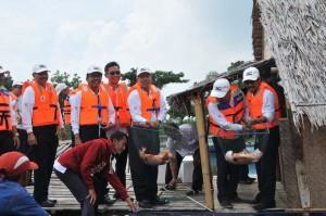 Direksi PT Semen Indonesia (Persero) Tbk memanen ikan keramba di lahan pascatambang tanah liat, Kabupaten Tuban (25/4)