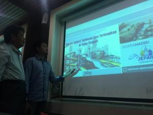 - JEPARA OCEAN PARK- CEO Jepara Oceanm Park (JOP) memaparkan wahana wisata bahari yang dikelolanya, di hadapan wartawan. Foto : ANING KARINDRA