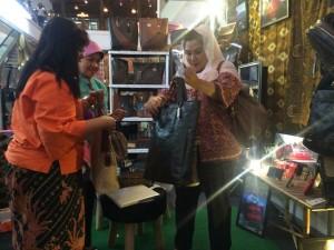 - PAMERAN- Wakil Walikota Semarang, Hevearita G. Rahayu, meninjau salah satu stand pameran batik, tenun dan craft, yang berlangsung di Java Mall Semarang, mulai 15-21 Maret 2016. Foto : ANING KARINDRA