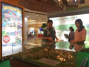 - MAKET RUMAH- Manager Marketing dan Pemasaran Graha Candi Golf, Wibowo Tedjosukmono, menunjukkan contoh-contoh rumah yang ditawarkan melalui maket yang dipajang selama REI Expo 3/2016, di Mall Ciputra Semarang. Foto : ANING KARINDRA