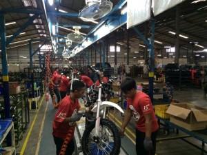 - MOTOR TRAIL- Sejumlah pekerja tengah merakit motor trail di Pabrik Viar Motor, Kawasan BSB Semarang, kemarin. Foto : ANING KARINDRA