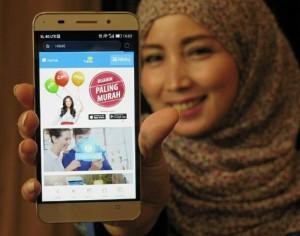 XL IOT : Seorang model menunjukkan layanan 'Yubox' melalui ponsel di Jakarta, Rabu (6/4) kemarin. XL Yubox merupakan salah satu layanan IoT yang dikembangkan oleh XL untuk membantu menyediakan koneksi internet wifi plus konten hiburan berupa musik, video, games, serta aplikasi yang dapat diakses atau diunduh secara gratis. Foto : IST/ANING KARINDRA