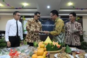 - HUT PEGADAIAN KE-115- Kepala Kantor Pegadaian (Persero) Wilayah XI Semarang, Damar Latri Setiawan, memberikan potongan tumpeng kepada pensiunan Pegadaian, dalam perayaaan HUT Pegadaian ke-115, kemarin. Foto : ANING KARINDRA