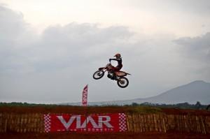 - TRAIL- Seorang off roader tengah melakukan salah satu atraksi dalam Viar Fun Trail Adventure, yang digelar Minggu (10/4) di arena Pabrik Viar Motor Bukit Semarang Baru. Foto : ANING KARINDRA