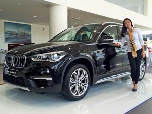 ALL NEW BMW X1- Model menunjukkan produk terbaru 'All New BMW X1' dalam peluncuran produk tersebut, Rabu (11/5), di Showroom Astra BMW, Jalan Jenderal Soedirman Semarang. Foto : ANING KARINDRA